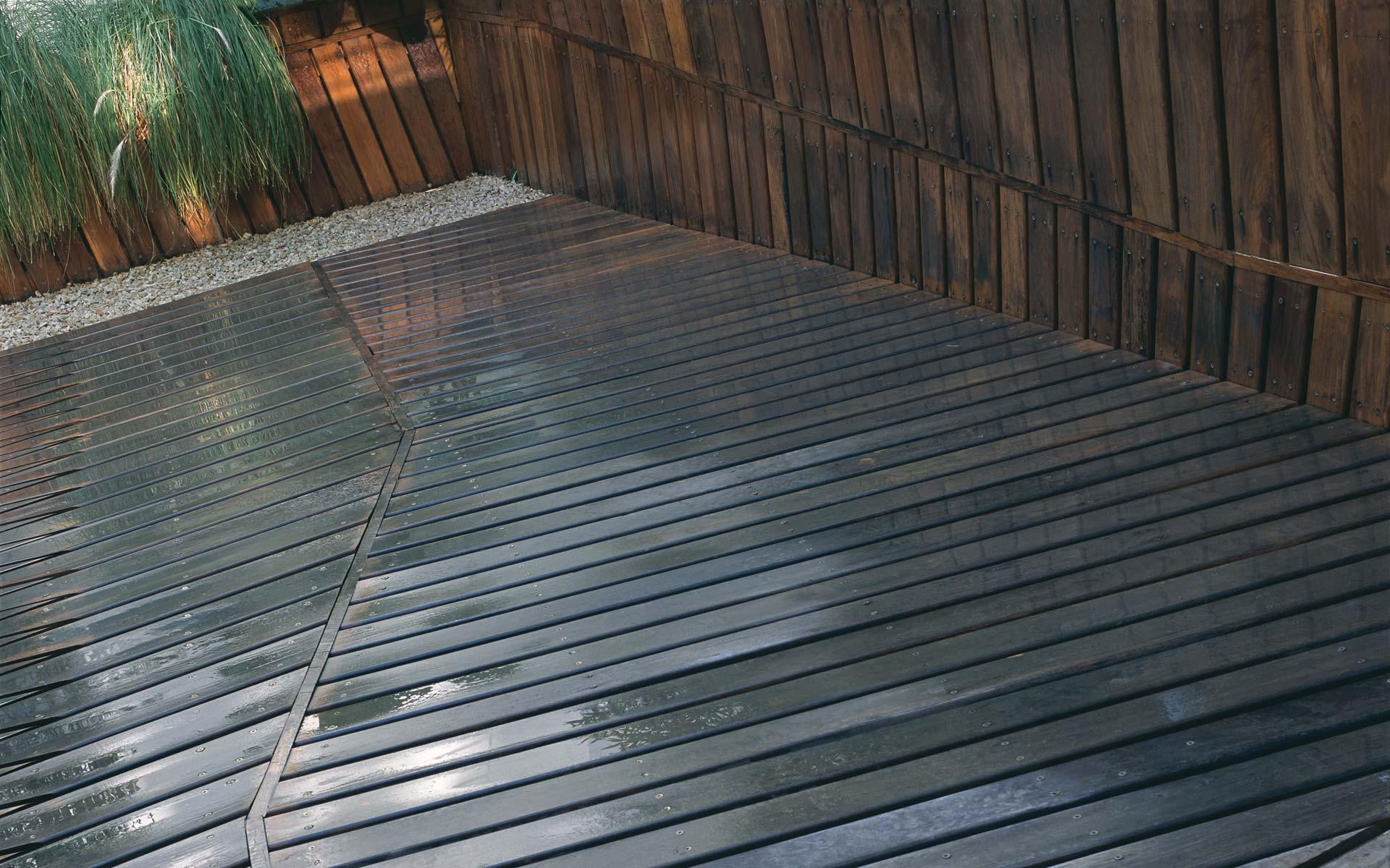 paisajismo, reforma patio jardín deck de madera y lajas de piedra