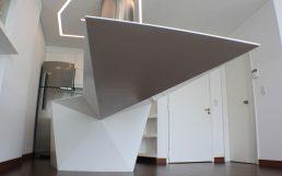 Diseño interior, reforma departamento cocina y mesa de comedor flotante en corian blanco, plegados triangulares