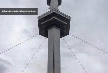 Flyer NOA studio arquitetura vencedor do 2º. Prêmio na competição do parque da cidade, torre do espaço da foto sobre o céu cinzento