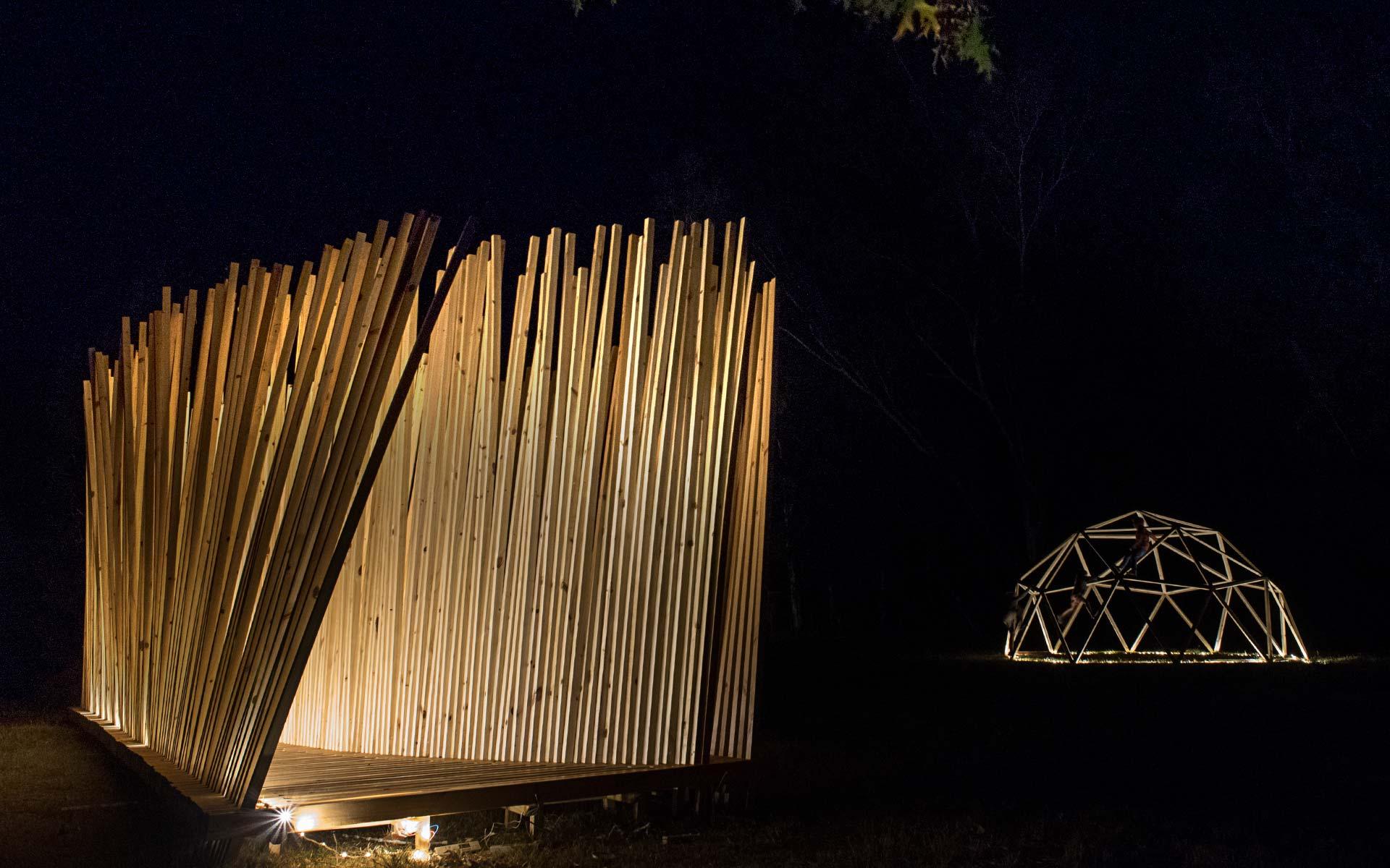 Arquitectura Diseño, Instalación Artistica: Construcción con listones de Madera de noche icon iluminación